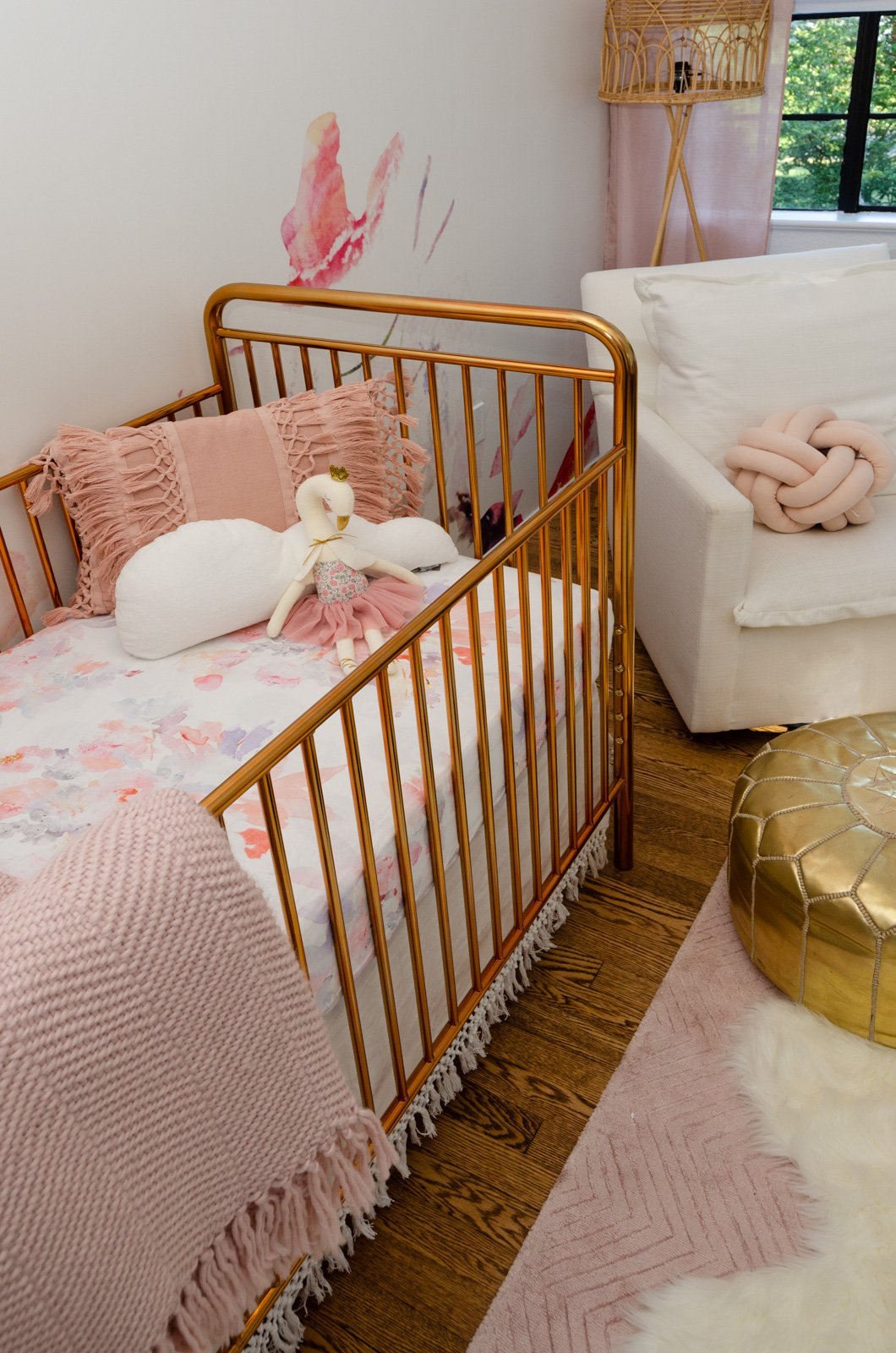 A Modern Take On A Golden Oldie The Jubilee 3 In 1 Convertible Metal Crib By Babyletto Combines Sleek Lines Curved Edges And A Pol Cribs Metal Crib Gold Crib