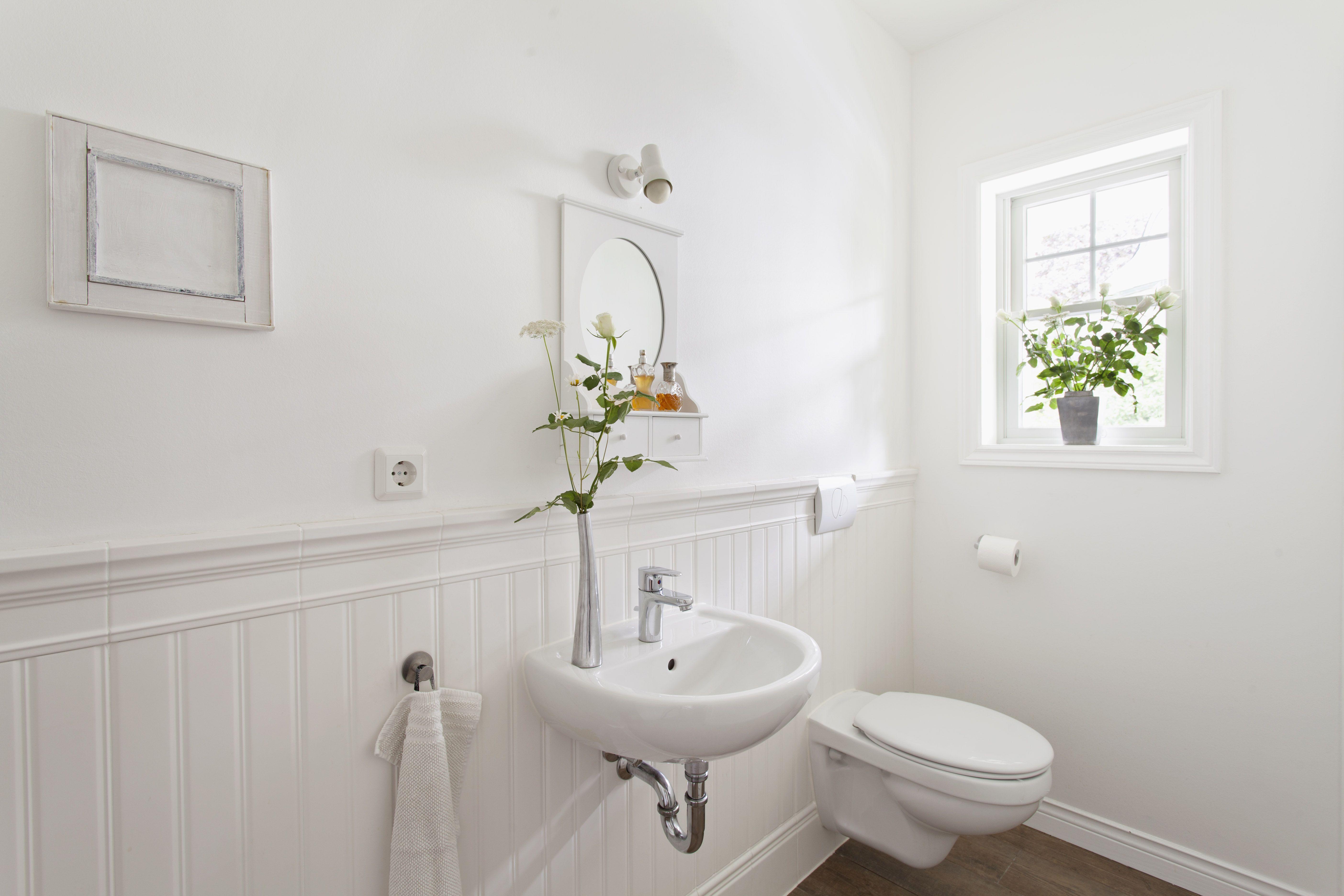 Auch im WC ist Holzvertäfelung eine schöne Alternative zu ...