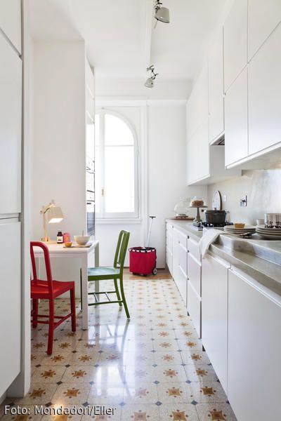 Schön Weiße Küche Mit Gemusterten Bodenfliesen