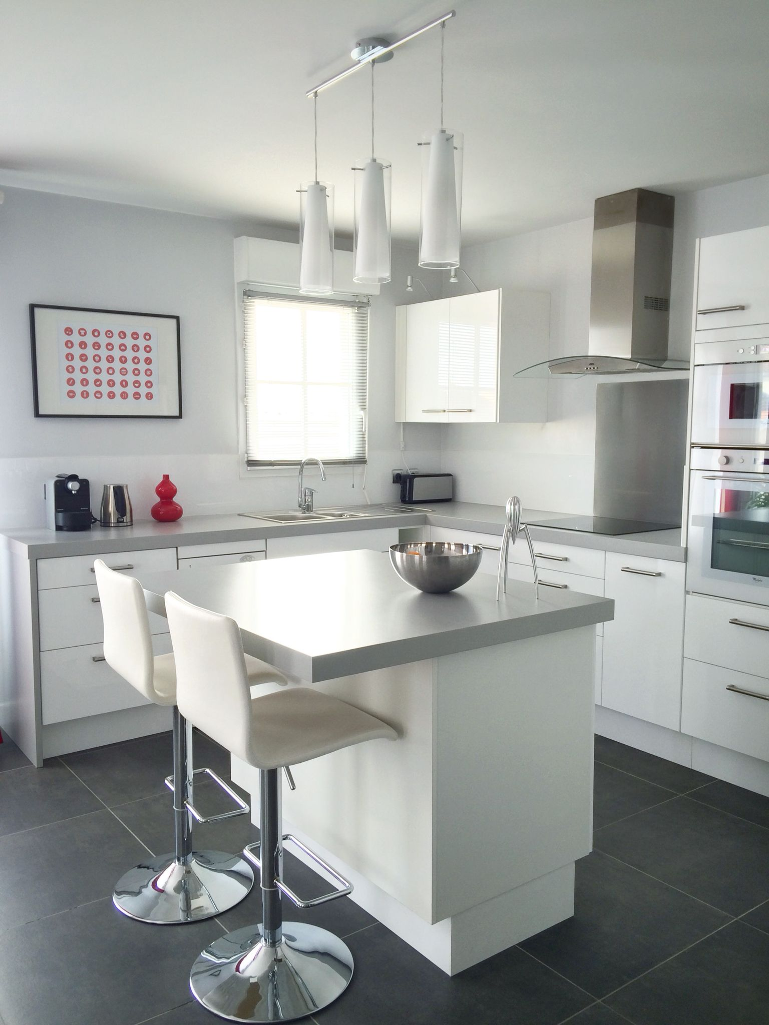 cuisine ouverte avec îlot central, tons blanc et gris - open plan ... - Photo De Cuisine Ouverte Avec Ilot Central