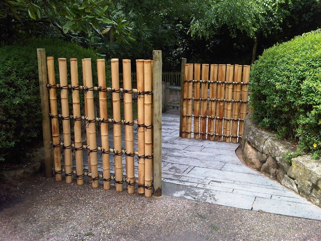 Architecture:Nice Landscaping Idea With Concrete Flooring Also Vertical  Bamboo Japanese Fence Design Massive Outdoor