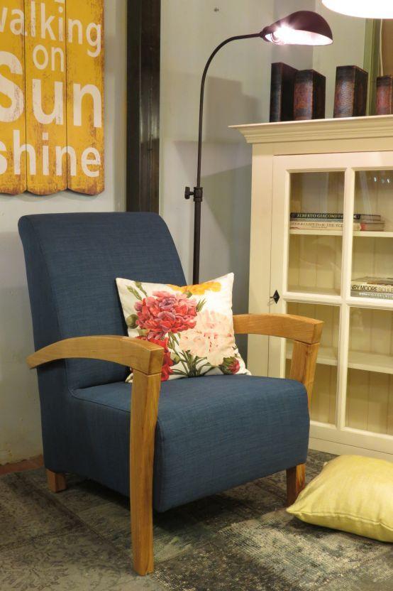 מרענן כורסא מעוצבת בסגנון וינטג' יפהפה. ידיות הכורסא המעוצבת עשויות מעץ QC-61