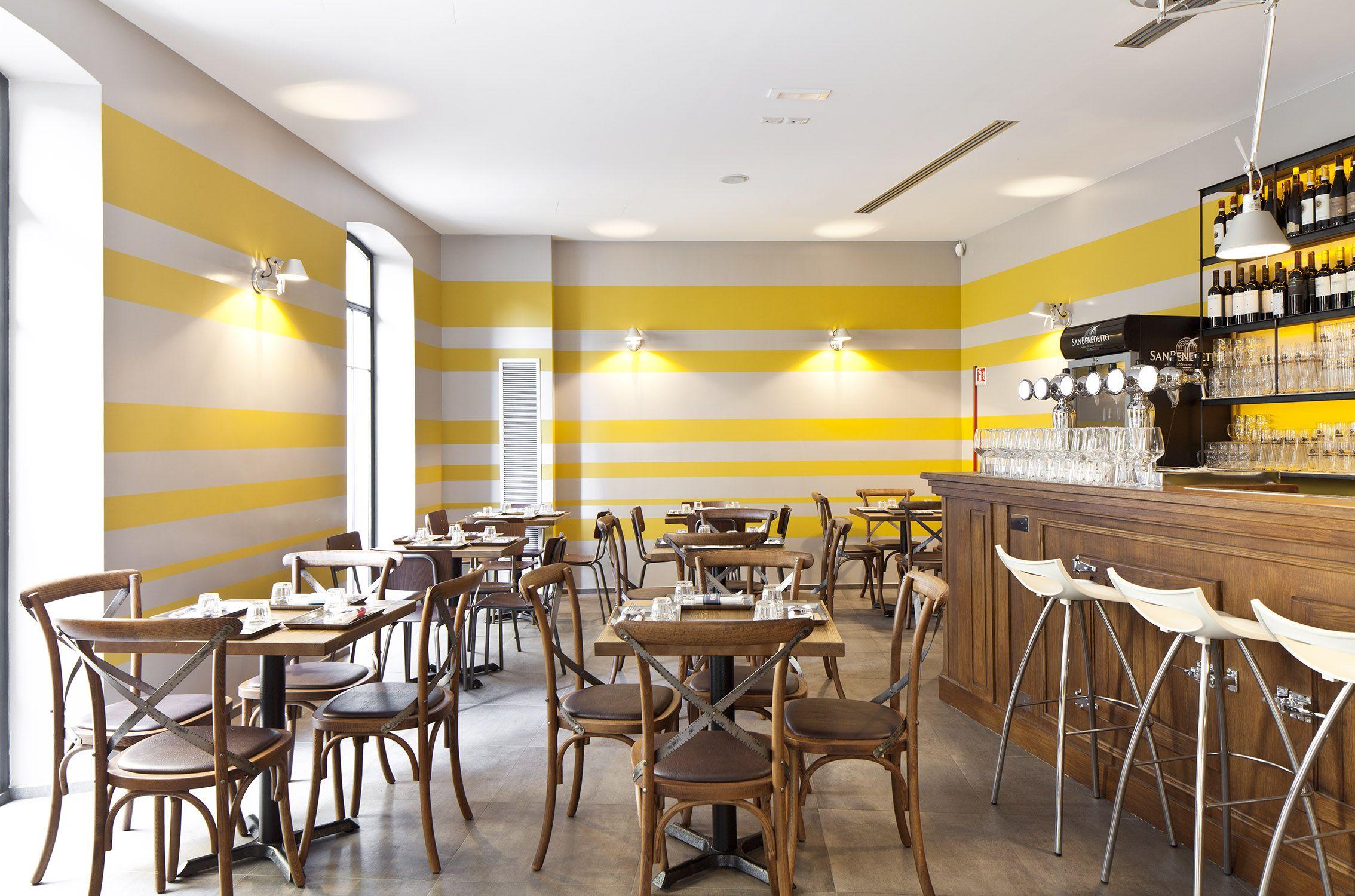 """<h3>La sala ristorante_strisce smaltate color grigio e giallo ocra e lampade a parete """"Tolomeo""""</h3>"""