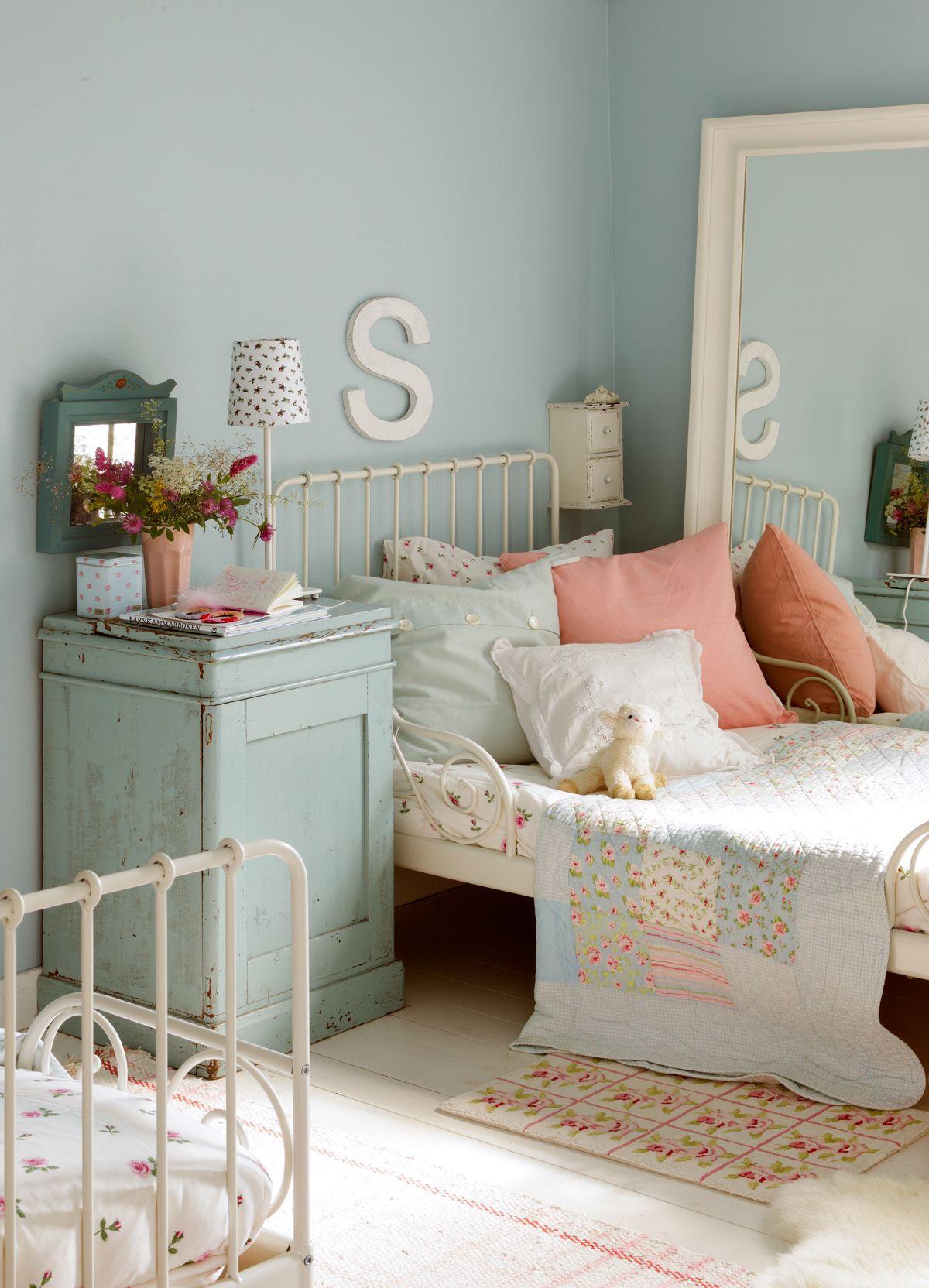 Dormitorio infantil en azul celeste y blanco Camas de hierro y