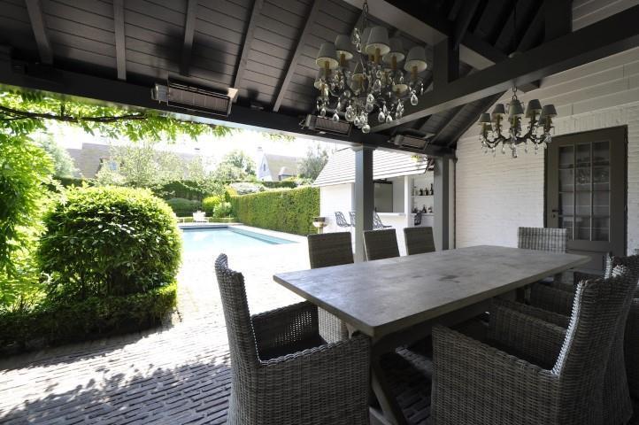 Mooie overdekt terras mooie tegels leuke lusters mooie deur leuke