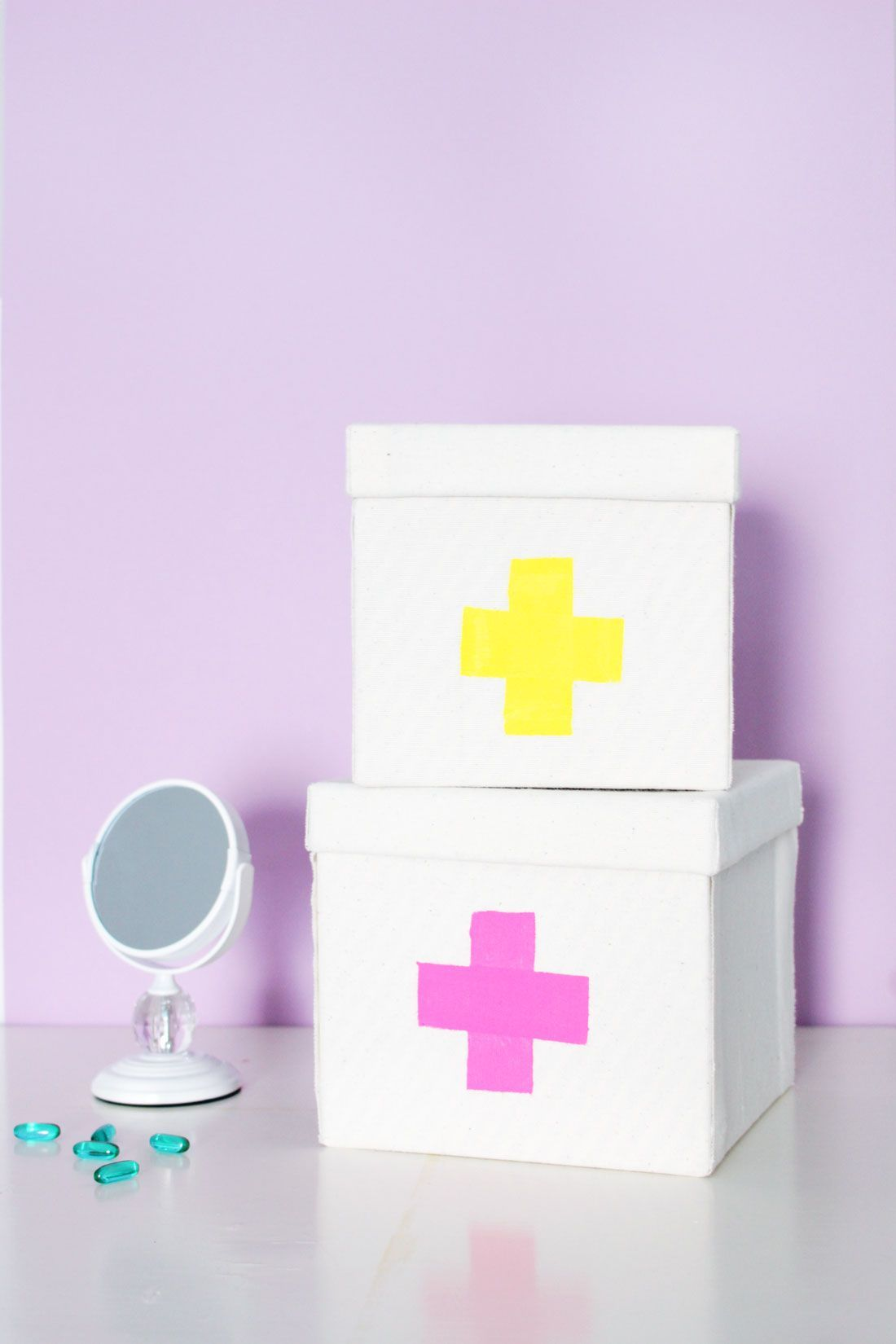 Bookmark this easy tutorial to make a DIY first aid kit that will help you survive the winter. #firstaid