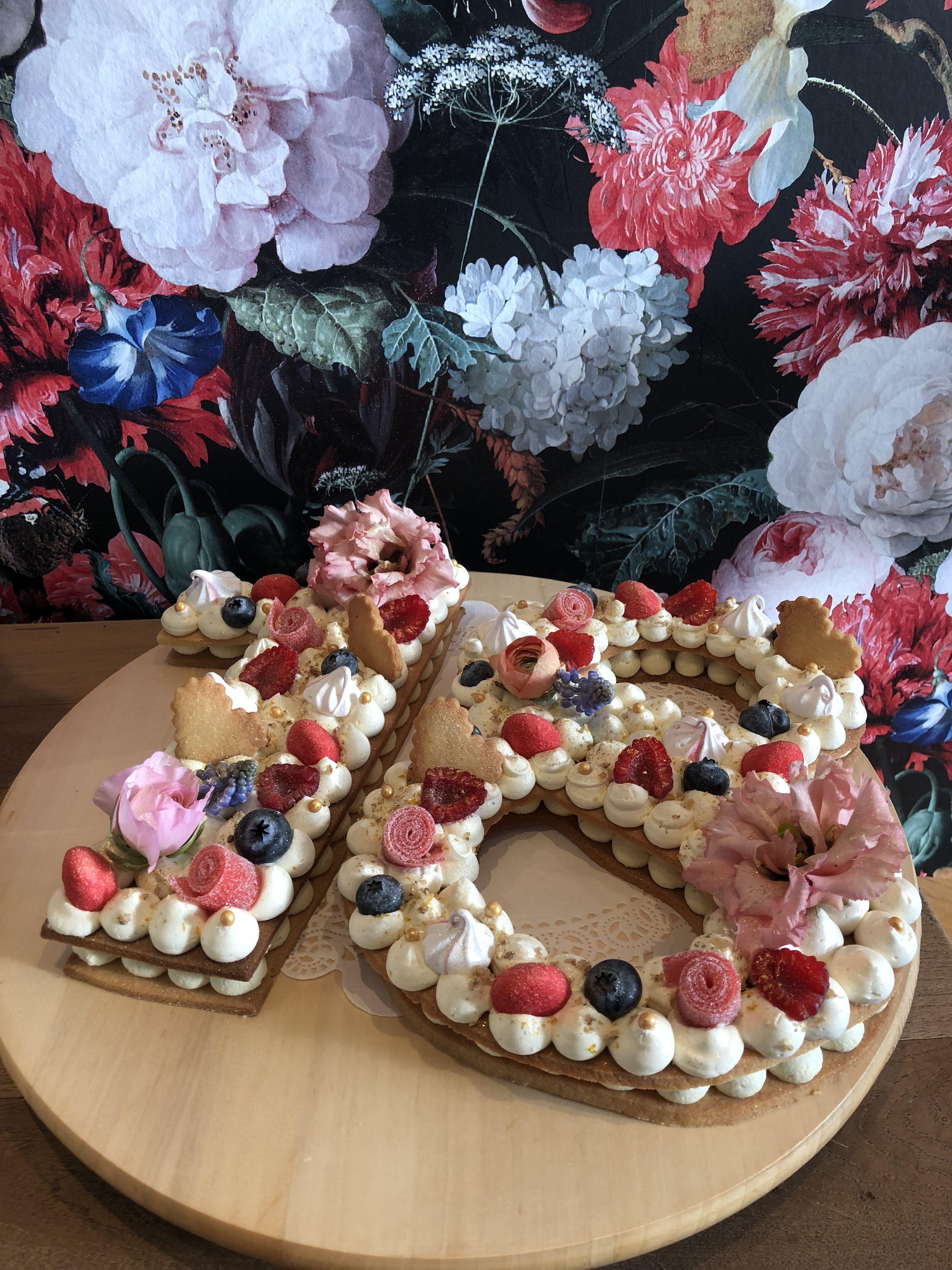 gedecoreerde taart bestellen Cookie Cake' opgespoten met witte chocolade crème en gedecoreerd  gedecoreerde taart bestellen