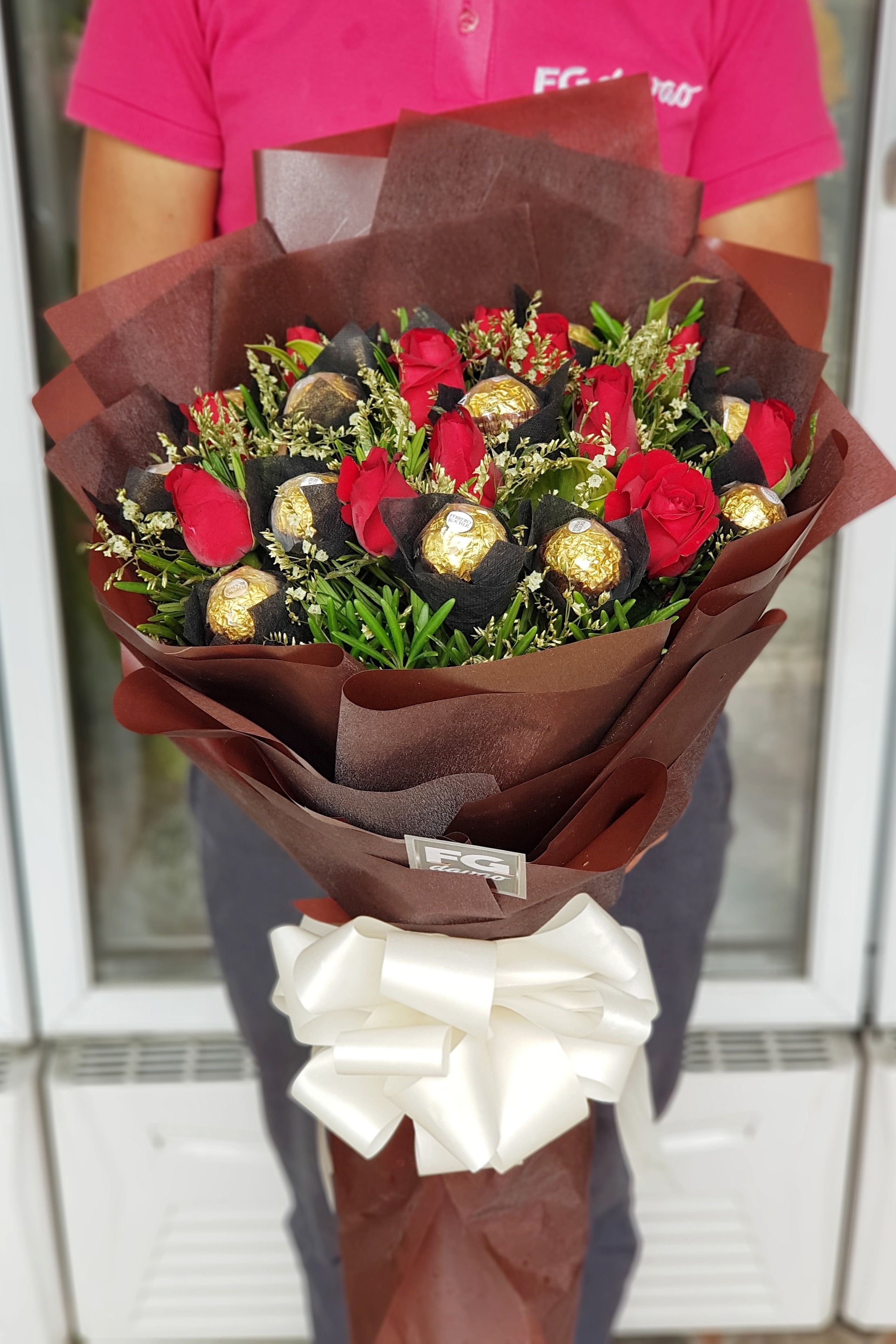 Bouquet of Roses and Chocolates Send