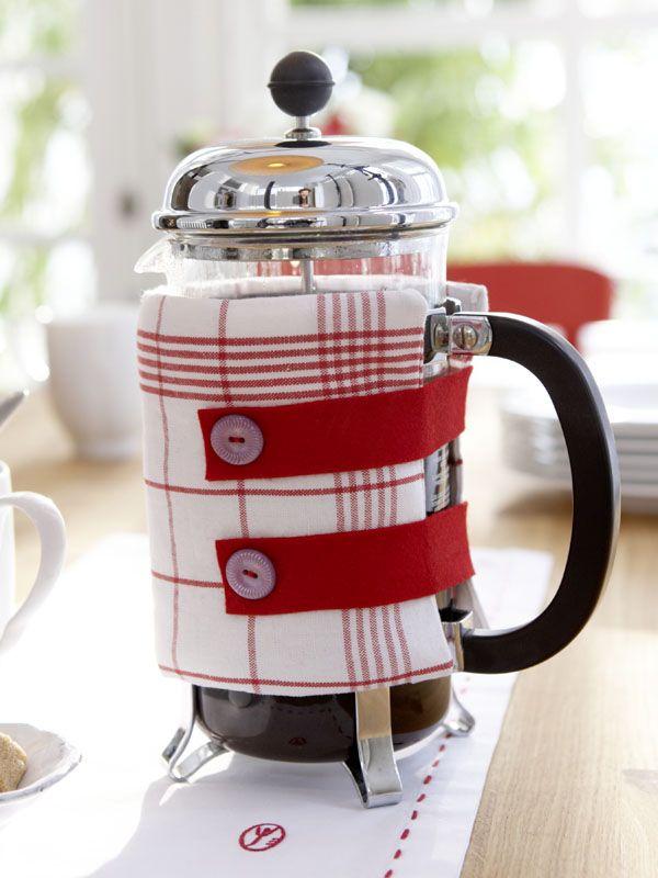 "Coffee Pot Cozy DIY: Sew a tea towel into a long ""hose"" shape & fill it with fleece. Sew the hose ends closed & sew 2 strips of felt on one side & cut buttonholes. Sew buttons on the other side so strips meet / http://www.wunderweib.de/dekoundwohnen/dekoundgastlichkeit/themenundanlaesse/bildergalerie-955004-themen-und-anlaesse/Rot-weisse-Tische-Der-Gute-Laune-Ton.html#"