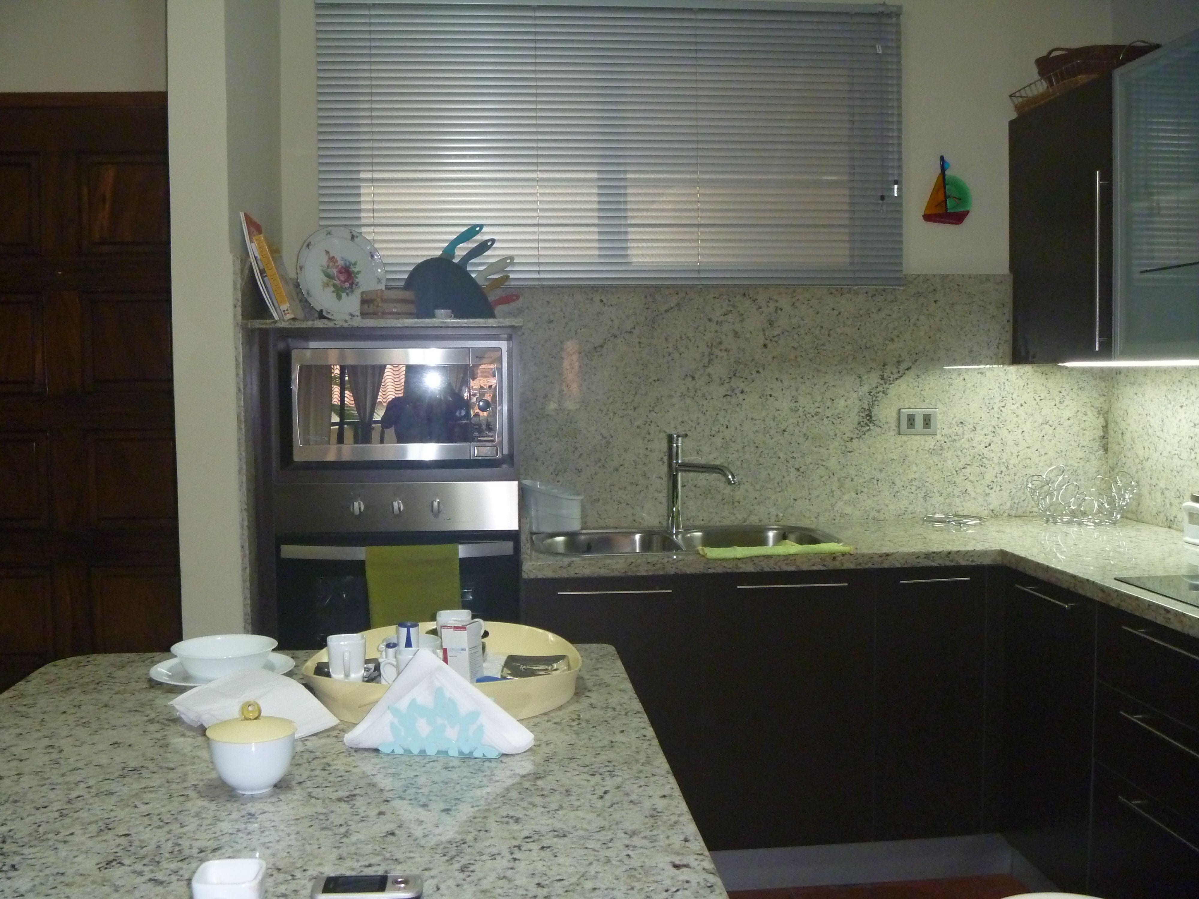 Muebles de cocina Wengue, tope Blanco Dallas | Diseño cocina ...