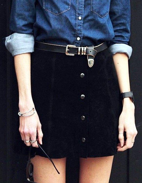 Jupe noire boutonnée en cuir + chemise en jean brut : deux