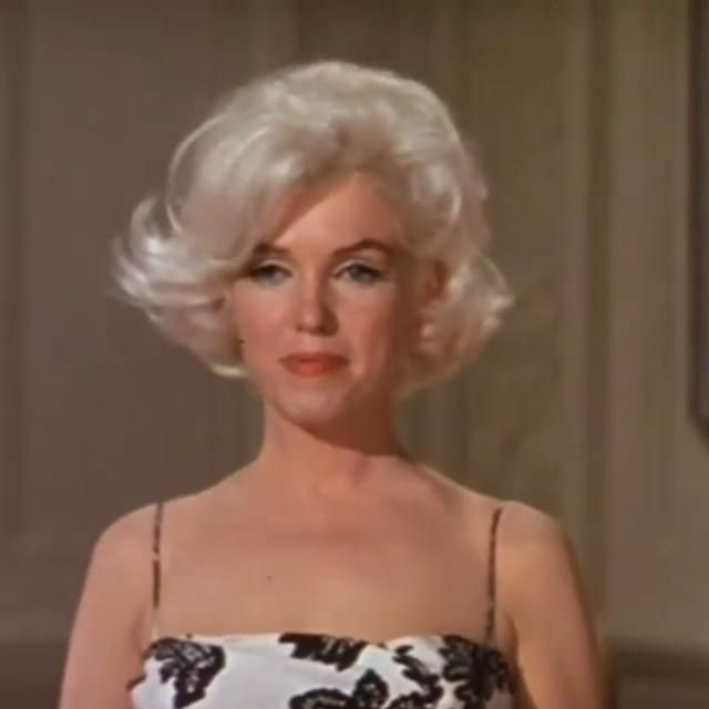 Marilyn Monroe's hair, makeup and costume