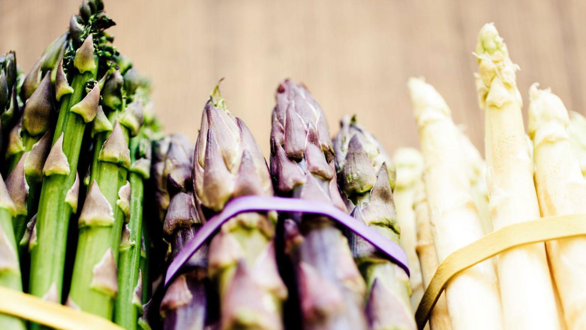 Les trois grandes variétés d'asperges: vertes, violettes et blanches.