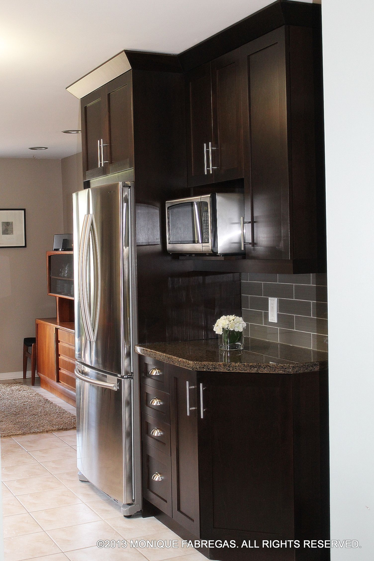 Delicious Chocolate Stained Maple Cabinets Topped With Tropic Brown Granite And Finished Off With Transitional Kitchen Design Kitchen Redesign Kitchen Interior