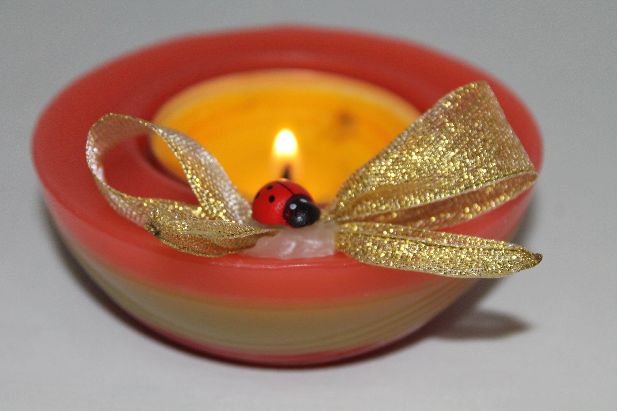 https://flic.kr/p/yY42ZV | CIOTOLA MULTICOLORE – REALIZZATA IN CERA | Ciotolina rotonda in cera, multicolore – rossa, gialla e arancione – con decorazione di nastrino dorato e coccinella portafortuna. Diametro: 100 mm. Al profumo 100% naturale di arancio dolce.  Oggetto artigianale, realizzato in cera.  Per saperne di più visita il sito:  www.ilmiomondoincera.com