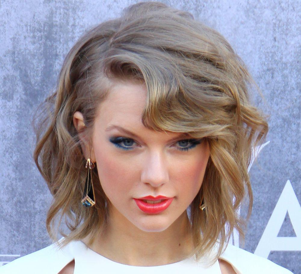 Taylor Swifts Haircut Taylor Swift Short Wavy Haircut Style