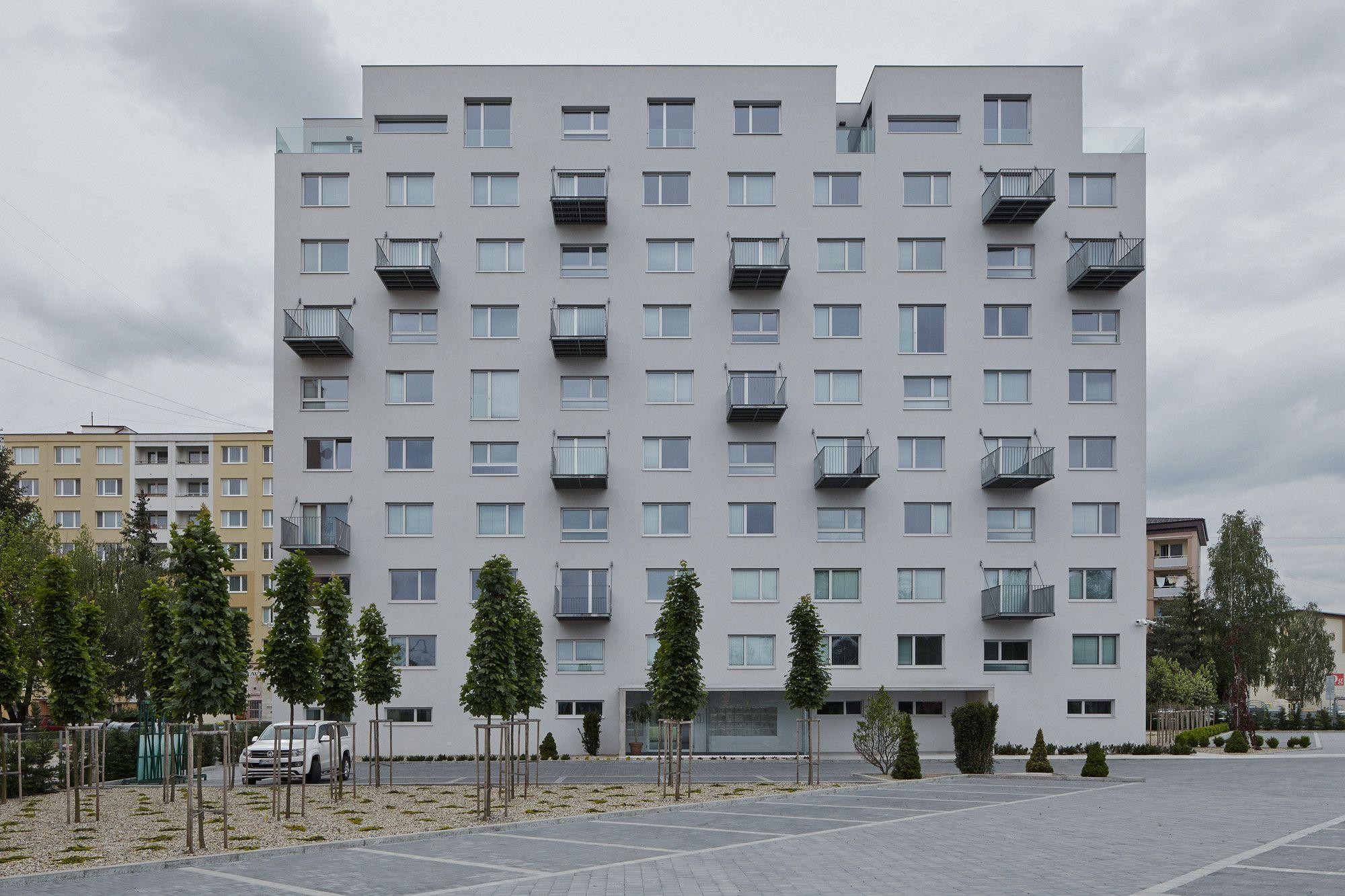Fotografie a krátke video prezentujú pozoruhodný projekt slovenského architektonického štúdia GutGut. Obrázky zachytávajú neobyčajnú a pomerne odvážnu premenu jedného z mnohých panelákov v Rimavskej Sobote. Projekt sa venuje súčasnému trendu rekonštrukcie panelových bytov, avšak v interpretácii Štefana Polakoviča a Lukáša Kordíka sa snaží dokázať, že môže ísť aj o viac, ako len obyčajné a často nevkusné zatepľovanie vonkajšej fasády.