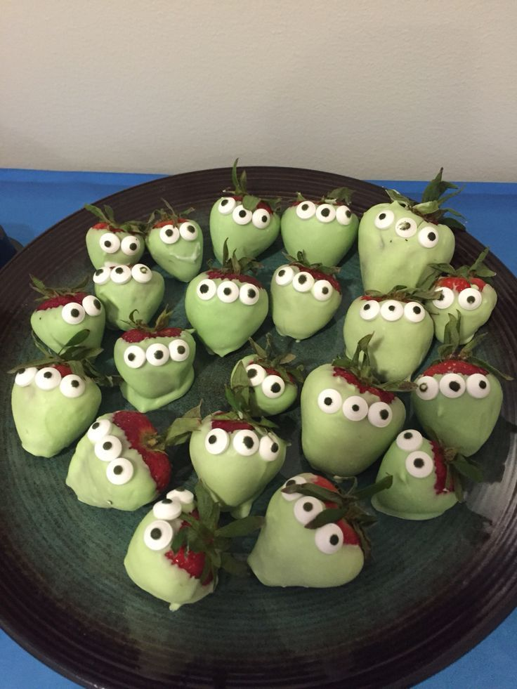 chocolate covered alien strawberries! made with white chocolate/green food coloring and candy eyes. perfect for an outer space themed party #outerspaceparty