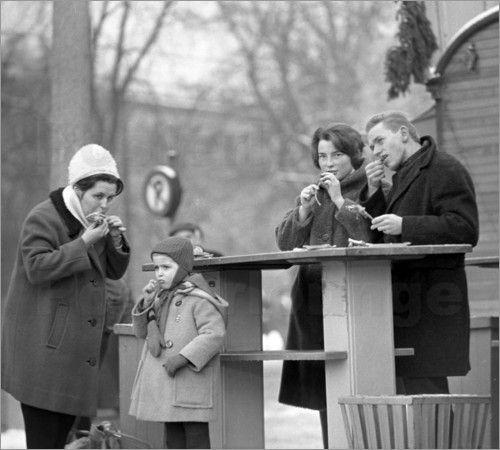 Leipzig DDR - Essen auf dem Weihnachtsmarkt 1963 Bilder: Poster von Klaus Morgenstern bei Posterlounge.de