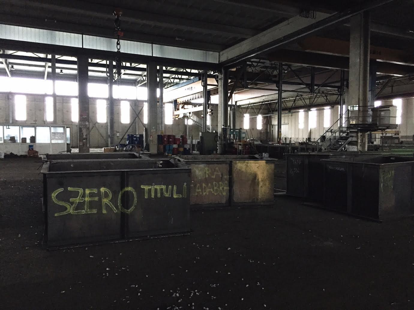 Viaggiamo l'Italia in lungo e in largo, e a volte ci capita di trovarci immersi in scenari industriali molto affascinanti: per questo spesso condividiamo con voi quello che vediamo. Guardate cosa abbiamo trovato all'interno di una grande azienda siderurgica di Forlì che purtroppo ha dichiarato il fallimento. Un modo ironico per sdrammatizzare?