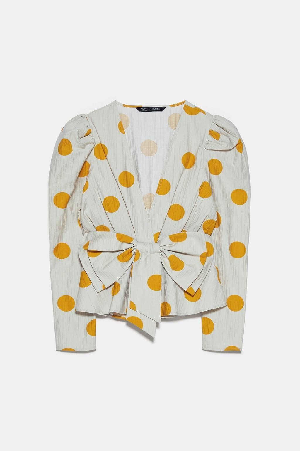 Zara Tiene La Blusa Que Puedes Llevar Con Vaqueros O En Tu Próxima Boda Posiblemente En Septiembre Blusas Zara Camisetas De Pajaritas Top De Lunares