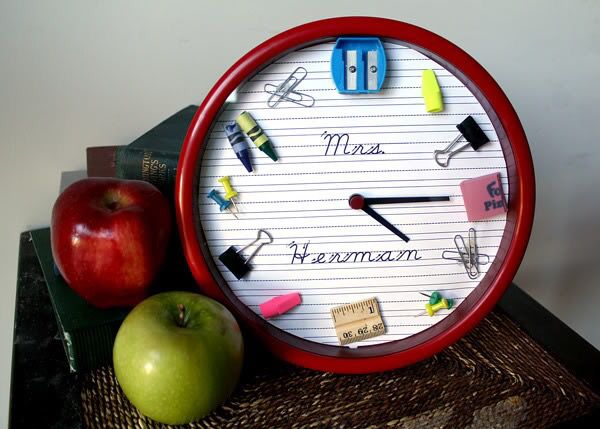 Reloj con útiles escolares
