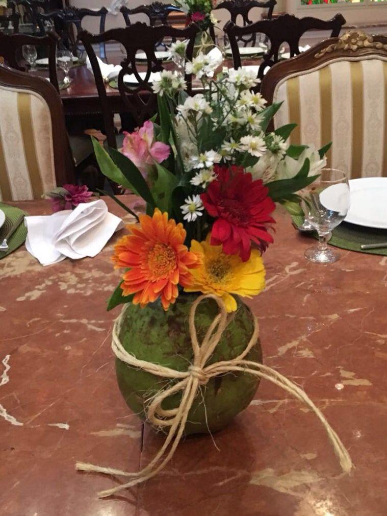 Arranjo com coco verde Criações em 2019 Festa tropical, Festa de aniversário rústica e Festa  -> Decoração De Festa Havaiana Simples