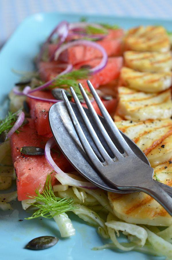 Erfrischender Sommersalat mit Wassermelonen, Fenchel und gegrilltem Haloumi