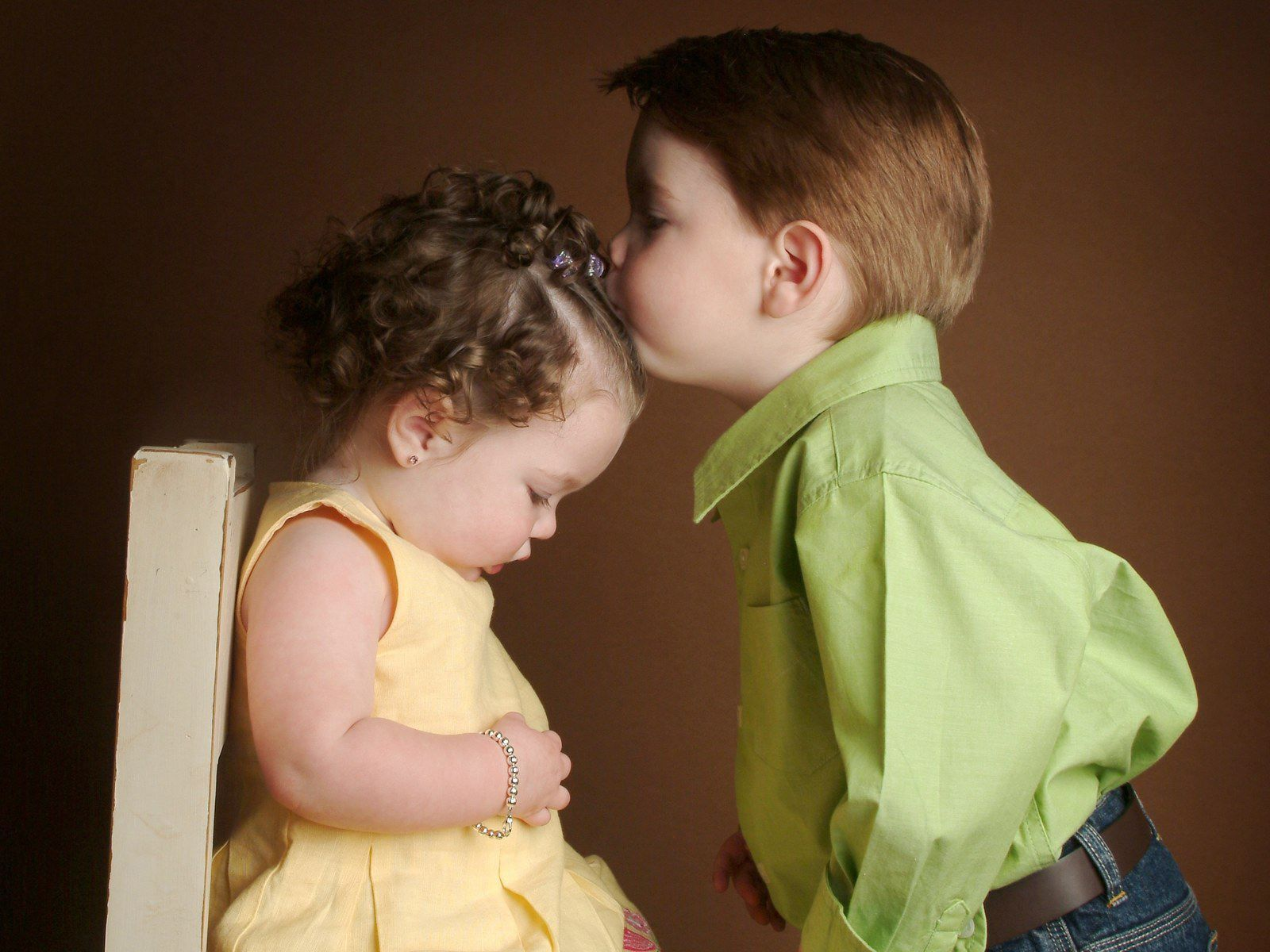 Cute Little Baby Girl And Boy Kissing Hd Wallpaper 1600 X 1200