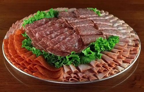 Мясная нарезка на праздничный стол фото | Еда, Съедобные ...