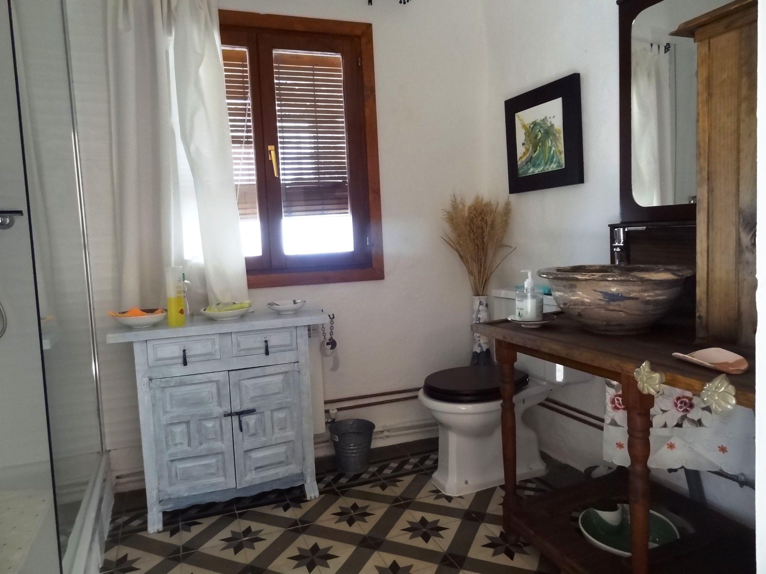 baño privado de la habitación rosa