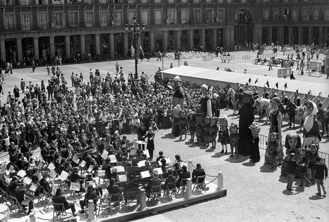 1973 Concierto En La Plaza Mayor Por Fiestas De San Isidro Madrid España Plaza Mayor De Madrid Plaza Madre