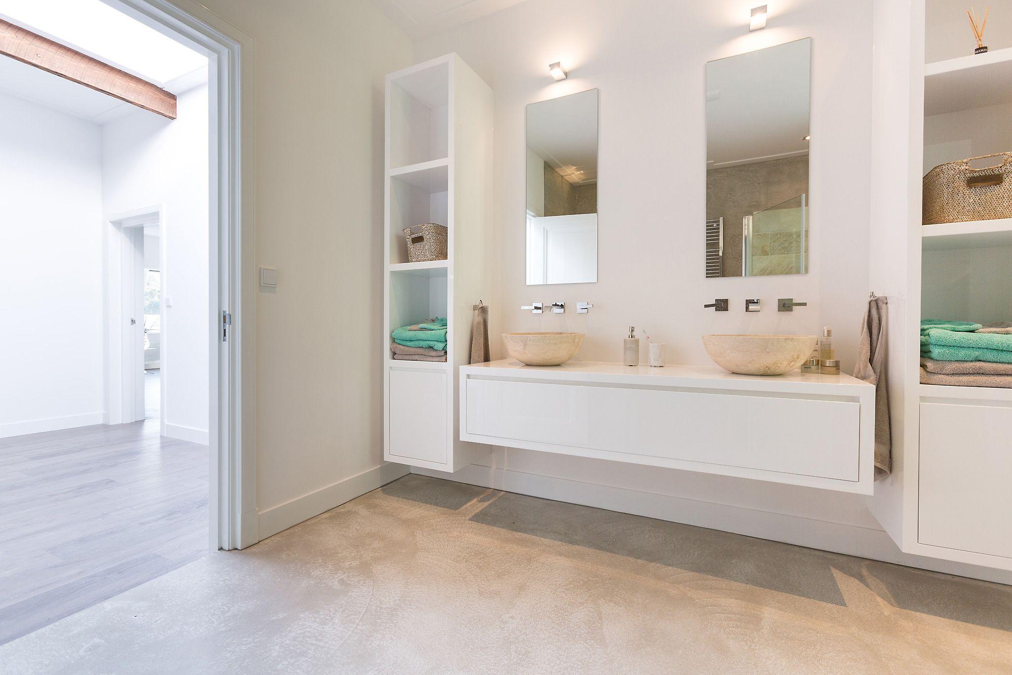 Lichte betonvloer badkamer gerealiseerd door interieurbeton