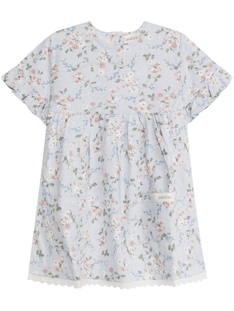 683d5746fef0 Hos KappAhl hittar du en blommig klänning med volanger och söta  spetsdetaljer till baby från Newbie