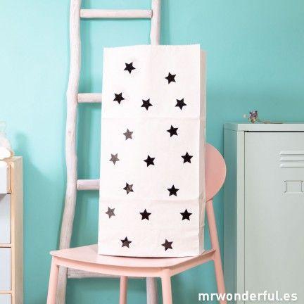 Bolsa de papel para almacenaje - Estrellas negras #mrwonderfulshop #bolsa #decor #deco #home #bolsapapel