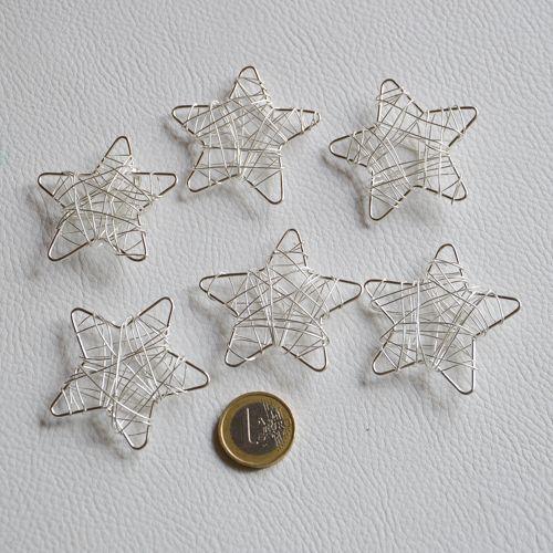 Petites étoiles en fil de fer argenté.