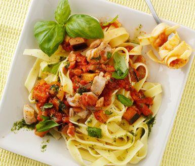 Här har du en härlig kycklingpasta med aubergine som går snabbt att tillaga. Blanda samman din stekta kyckling med lök, aubergine och salt bacon i en mumsig basilika- och tomatsås som du direkt serverar med nykokt pasta. Servera och hugg in!