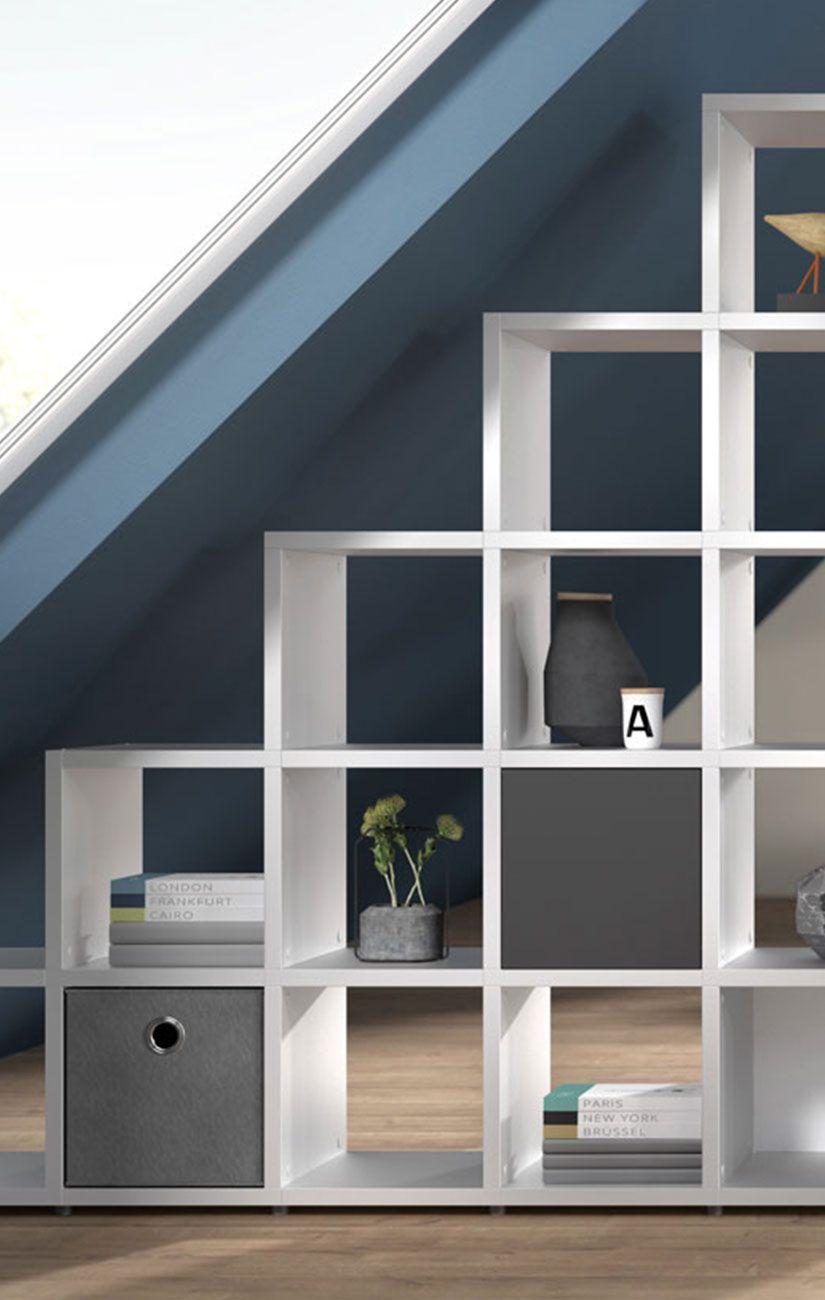 Stufen- Bücherregal als Raumteiler im Wohnzimmer, weiß mit ...