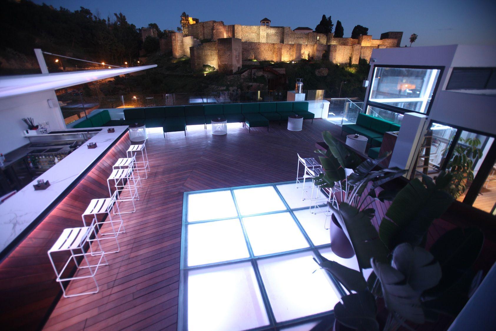 La Terraza De Alcazaba Premium Hostel Tiene Unas Vistas Inmejorables Con Las Mejores Perspectivas De La Alcazaba De Malaga Y Malaga Vistas Terrazas Chill Out