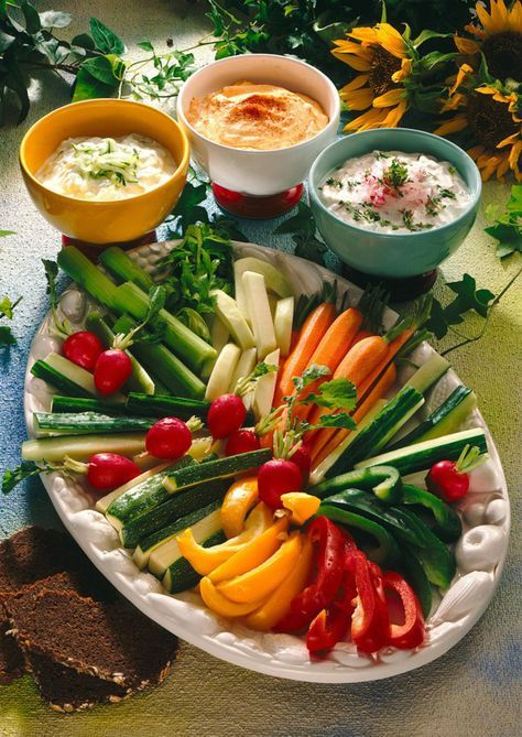 Gemüseplatte mit Quark-Dips Rezept | LECKER