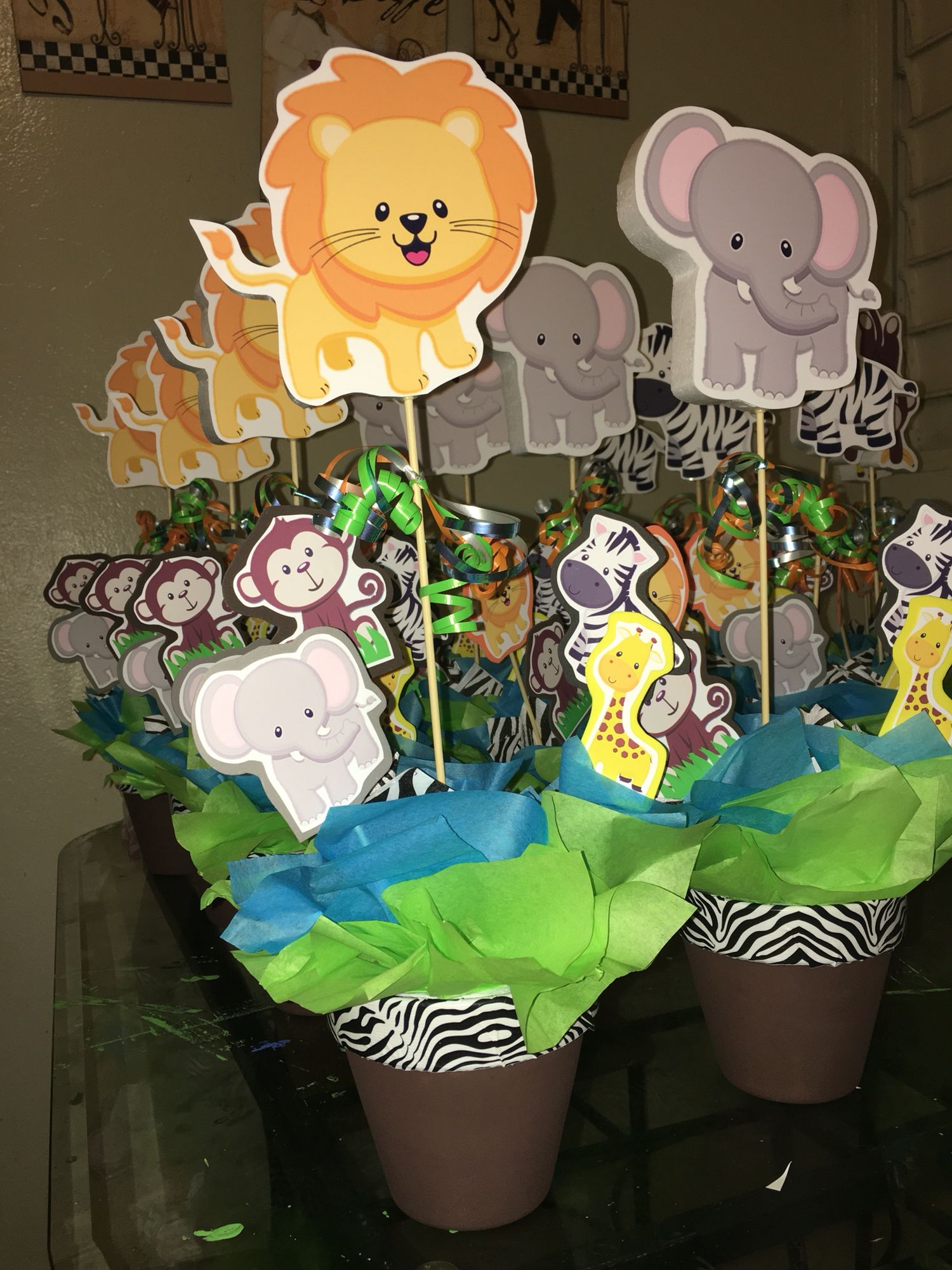 Jungle buddies safari centerpiece animals pinterest for Baby shower party junge