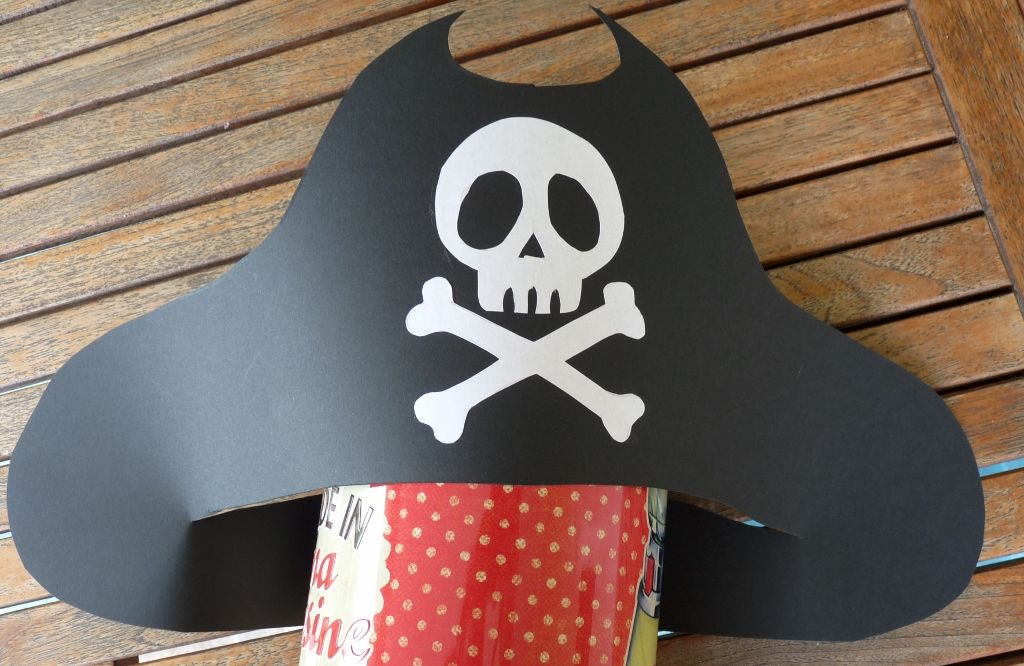 chapeau pirate diy facile projet deguisement pirate. Black Bedroom Furniture Sets. Home Design Ideas