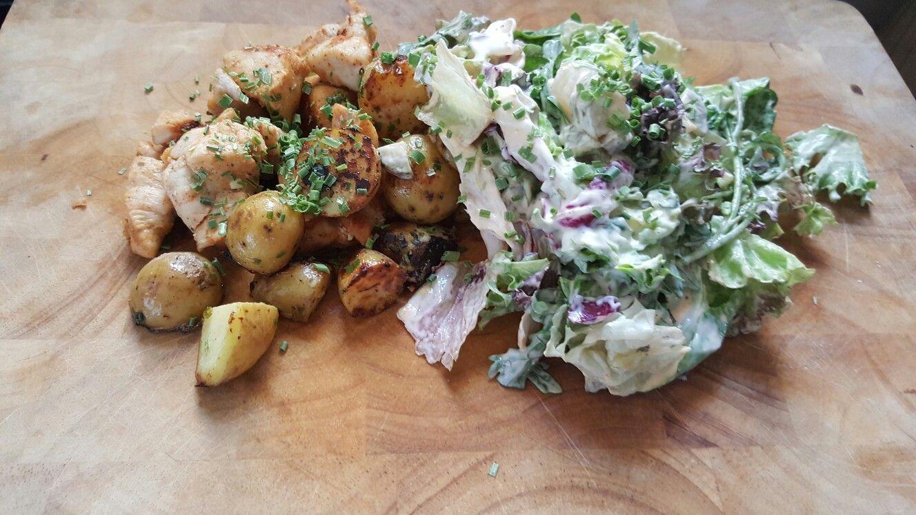 Krieltjes, kipfilet alles gebakken in een pan zonder vet. Daarnaast heb ik een salade gemaakt met kruidenkaas Feta olijfolie en eetlepel water 🙄 Smullen maar