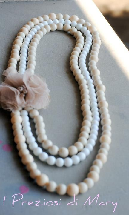 Collana a tre fili di perle beige e bianche con fiore centrale in chiffon