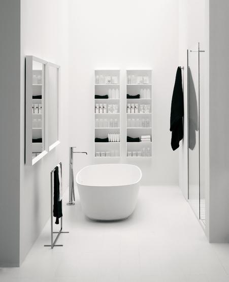 Minimaliste Et Immacule Bathroom White Design Minimalist Bathroom Moderne Badezimmerspiegel Minimalistisches Badezimmer Und Bad Inspiration