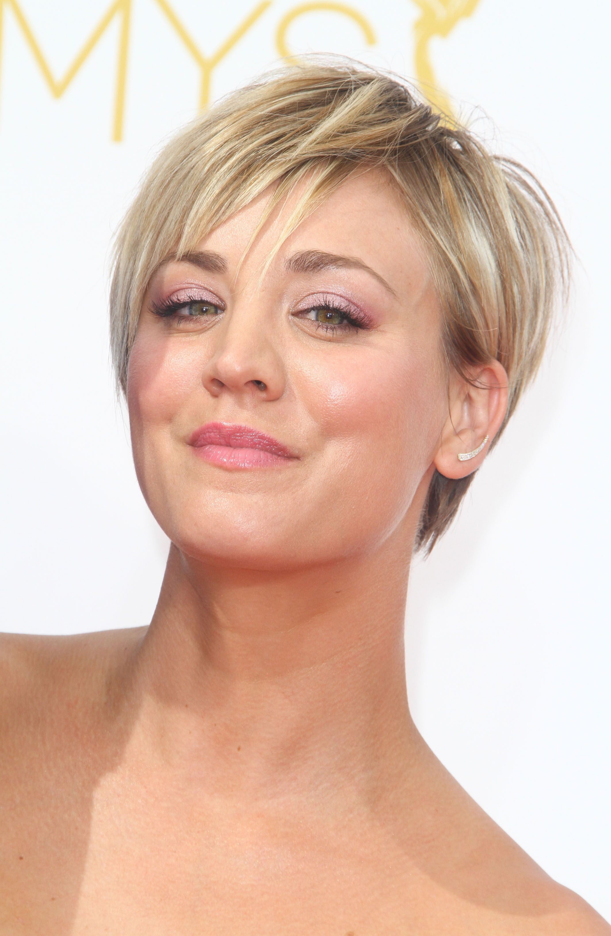 Kaley Cuoco Short Straight Golden Blonde Hairstyle with