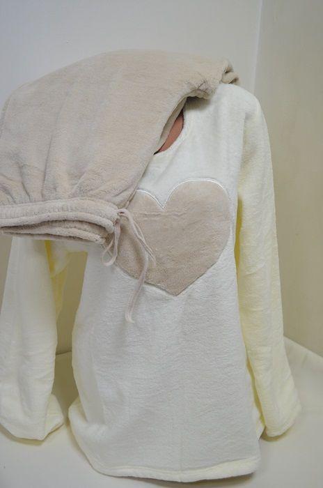 Мека и топла пухкава пижама изработена от Софт. Горната част е с дълги ръкави в цвят шампанско и голямо сърце отпред. Долното е дълъг панталон в бежов цвят с ластик и връзка на талията. Това е пижамата с която ще ви бъде топло и приятно през студените зимни нощи.