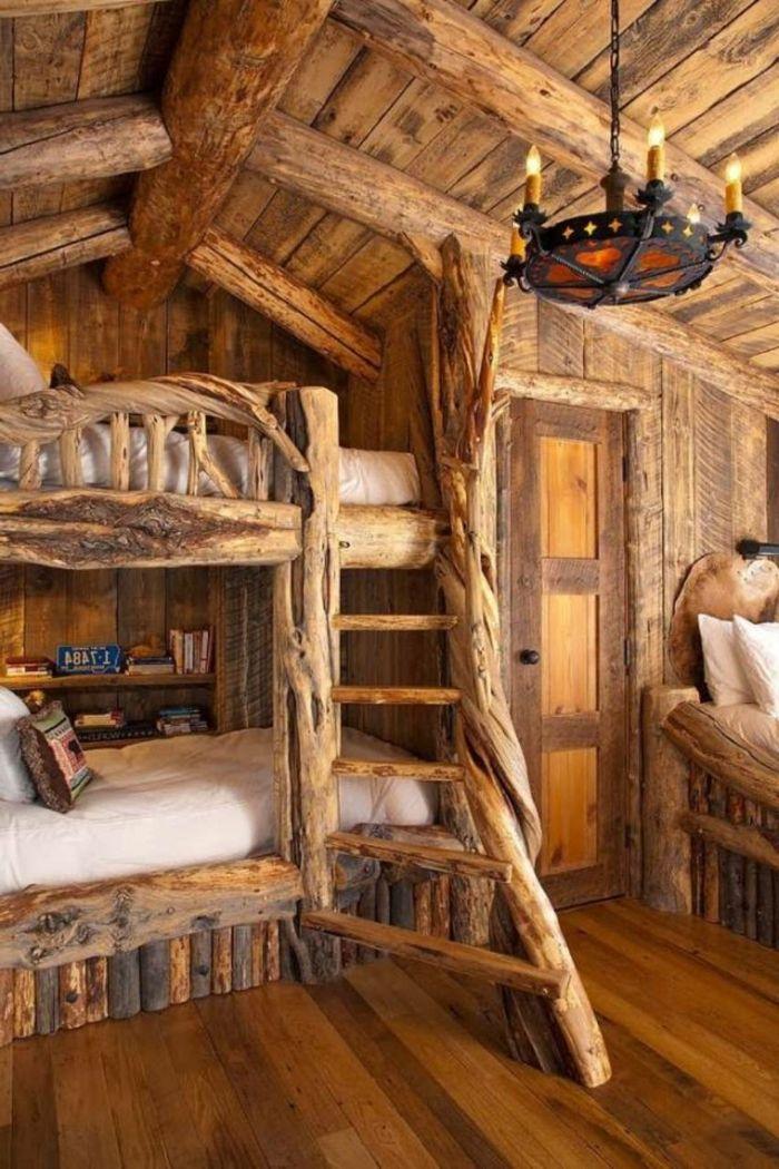 Gemütliches Schlafzimmer Hochbett Rustikaler  Kronleuchter Schmiedeeisen Hölzernes Interieur Landhausstil