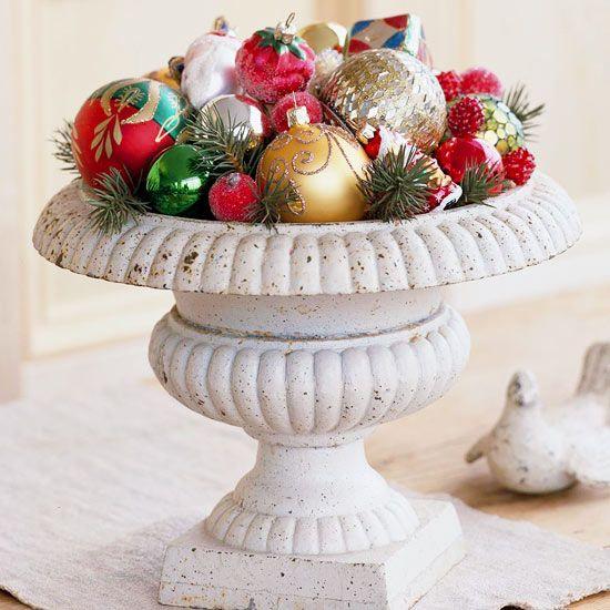décoration de Noël boules brillantes et branches de sapin