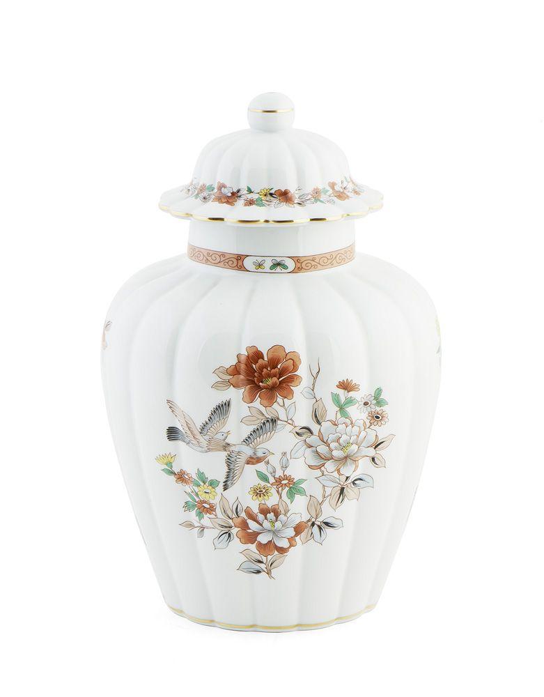 Pote com tampa, de corpo gomado, em porcelana da Vista Alegre. Decoração policromada e dourada com flores e aves.